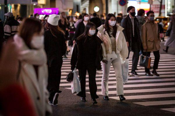 Personas con mascarillas cruzan el cruce de Shibuya el 5 de enero de 2021 en Tokio, Japón. (Foto de Yuichi Yamazaki / Getty Images)