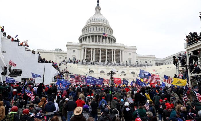 Manifestantes frente al Capitolio de Estados Unidos en Washington el 6 de enero de 2021. (Tasos Katopodis/Getty Images)