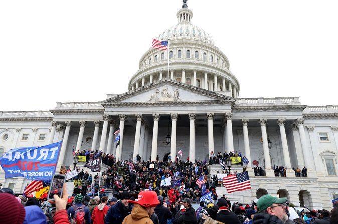Manifestantes se reúnen en el edificio del Capitolio de Estados Unidos, el 06 de enero de 2021, en Washington D.C. (Tasos Katopodis/Getty Images)