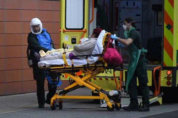 Un paciente llega en ambulancia al hospital Royal London el 8 de enero de 2021 en Londres, Inglaterra. (Foto de Leon Neal / Getty Images)