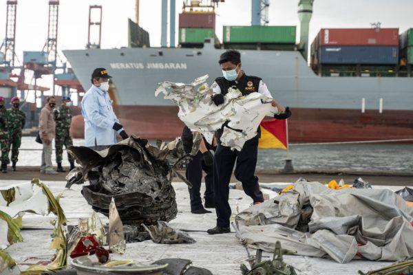 El Comité Nacional de Seguridad del Transporte examina los escombros del accidente aéreo de Sriwijaya Air el 12 de enero de 2021 en Yakarta, Indonesia. (Foto de Oscar Siagian / Getty Images)