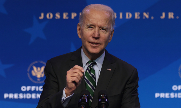 El presidente electo Joe Biden habla durante un anuncio en el teatro Queen en Wilmington, Delaware, el 16 de enero de 2021. (Alex Wong/Getty Images)