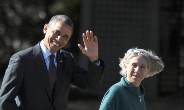 El presidente Barack Obama camina con la asesora principal de la Casa Blanca, Anita Dunn, para debatir los preparativos en el Kingsmill Resort de Williamsburg, Virginia, el 16 de octubre de 2012. (Mandel Ngan/AFP vía Getty Images)