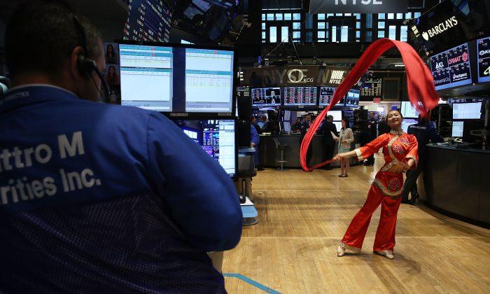 Una bailarina china en la Bolsa de Nueva York (NYSE) el 27 de julio de 2015. (Spencer Platt/Getty Images)