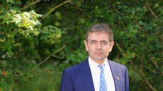 """La Cultura de la Cancelación es igual a hordas medievales """"buscando alguien para quemar"""": Rowan Atkinson"""