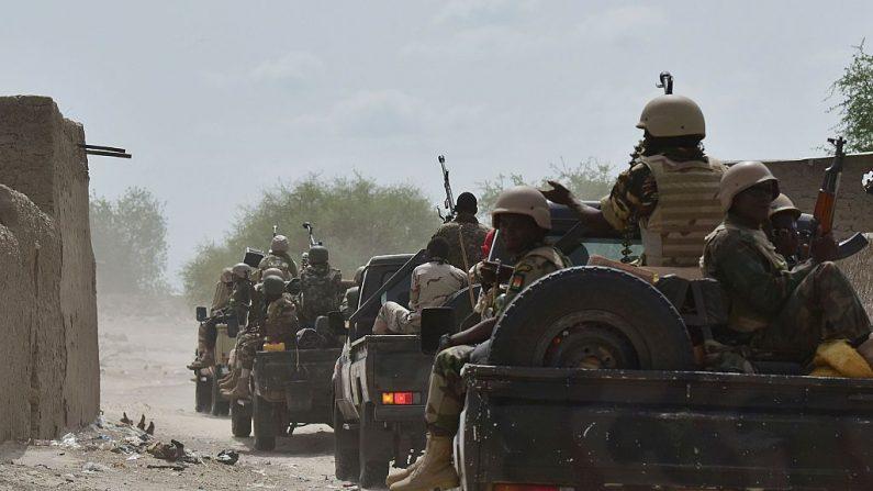 Un convoy militar recorre la ciudad de Bosso, en la región de Diffa, en Níger, el 17 de junio de 2016. (Foto de ISSOUF SANOGO / AFP a través de Getty Images)