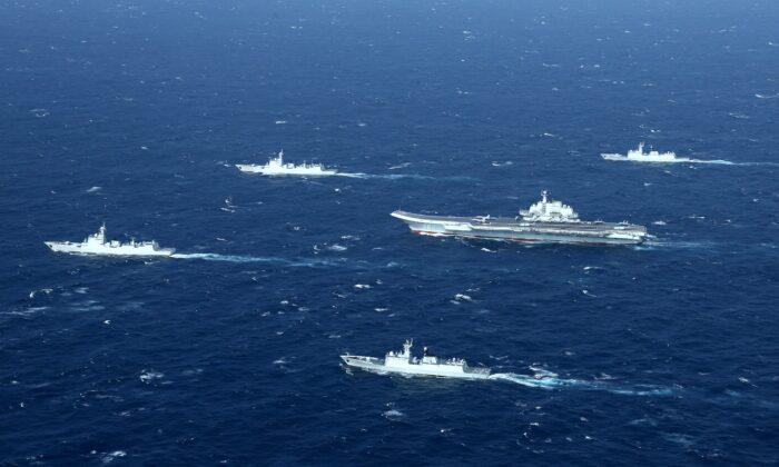 Una formación de la armada china incluye al portaaviones Liaoning (centro), durante ejercicios militares en el Mar del Sur de China, el 2 de enero de 2017. (STR/AFP a través de Getty Images)