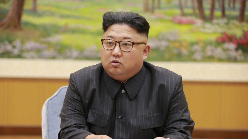 Esta foto tomada el 3 de septiembre de 2017 y publicada por la Agencia Central de Noticias de Corea del Norte (KCNA) el 4 de septiembre de 2017 muestra al líder norcoreano Kim Jong-Un asistiendo a una reunión con un comité del Partido de los Trabajadores de Corea sobre la prueba de una bomba de hidrógeno, en un lugar desconocido.(STR/AFP a través de Getty Images)