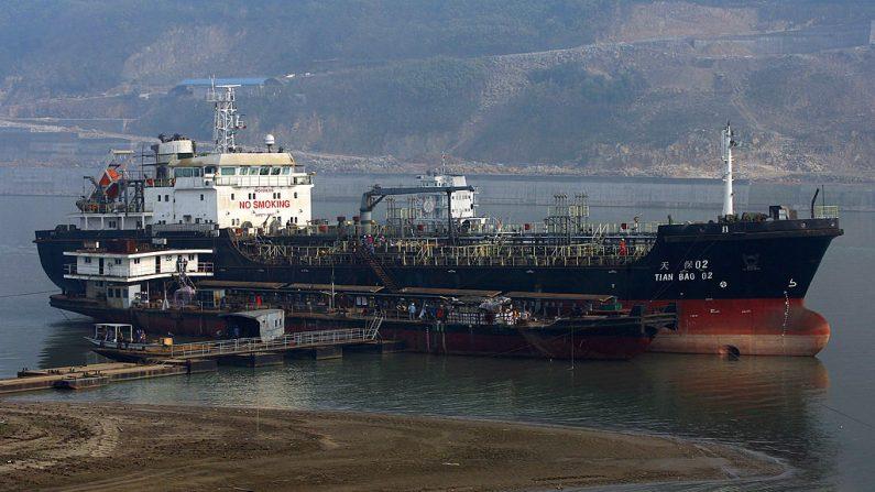 El petrolero Tianbao, listo para ser entregado, es visto en el muelle de Chongqing Changhang Dongfeng Vessel Industry Company el 12 de febrero de 2009 en Chongqing, China. (China Photos/Getty Images)