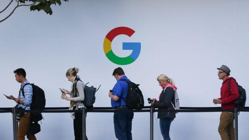 Los asistentes hacen fila para ingresar a un evento de lanzamiento de productos de Google en el Centro SFJAZZ en San Francisco, California, el 4 de octubre de 2017. (Elijah Nouvelake/AFP vía Getty Images)