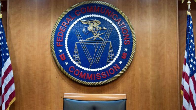 Una vista de la sala de audiencias de la comisión previo a una audiencia en la Comisión Federal de Comunicaciones el 14 de diciembre de 2017, en Washington, D. C. (BRENDAN SMIALOWSKI/AFP a través de Getty Images)