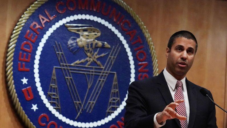 El presidente de la Comisión Federal de Comunicaciones Ajit Pai habla con los medios de comunicación en Washington, D.C. (Alex Wong/Getty Images)