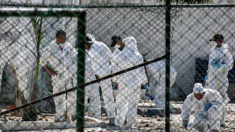 Los investigadores de la policía revisan el sitio donde explotó una bomba en Barranquilla, Colombia, el 27 de enero de 2018. (Foto de JOSE TORRES / AFP a través de Getty Images)
