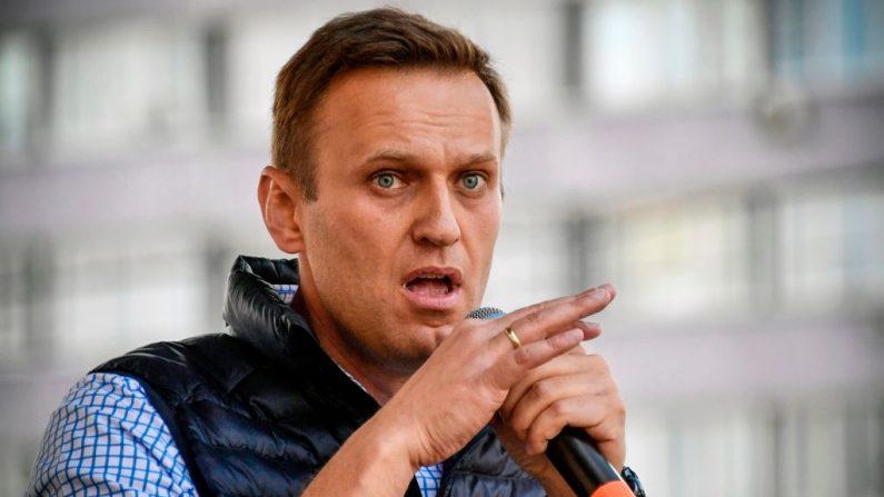 El líder de la oposición rusa, Alexéi Navalni, habla durante un mitin de la oposición en el centro de Moscú (Rusia) el 30 de abril de 2018 para exigir la libertad de Internet en Rusia. (Foto de ALEXANDER NEMENOV / AFP a través de Getty Images)