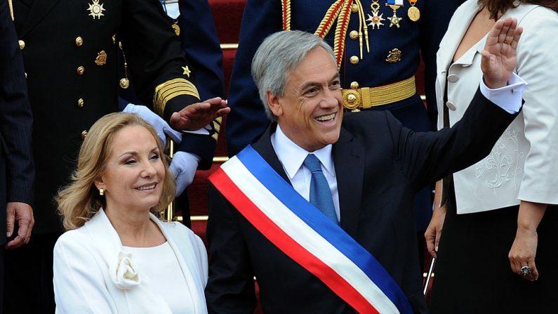 El presidente de Chile, Sebastián Piñera, acompañado por su esposa Cecilia Morel, saluda durante la ceremonia de toma de posesión en el Congreso en Valparaíso el 11 de marzo de 2010. (Foto de EVARISTO SA / AFP a través de Getty Images)