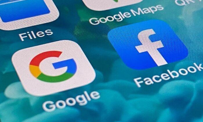 Los logotipos de las aplicaciones móviles de Facebook y Google en un smartphone en Sídney, Australia, el 9 de diciembre de 2020. (The Epoch Times)