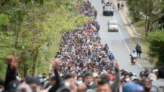 """Caravana de migrantes exige que Biden honre """"compromisos"""", mientras se pide a viajeros desistir de viajar"""