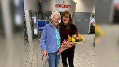 Mujer adoptada se reúne con sus padres biológicos después de 62 años gracias a kit de prueba de ADN