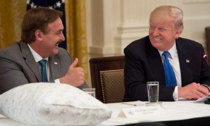 El presidente Donald Trump saluda a Mike Lindell (i), fundador de MyPillow, durante un evento Made in America con fabricantes estadounidenses en la Sala Este de la Casa Blanca en Washington, el 19 de julio de 2017. (Saul Loeb/AFP/Getty Images)