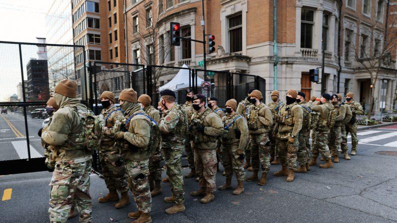Miembros de la Guardia Nacional patrullan las calles de Washington el 19 de enero de 2021. (Spencer Platt/Getty Images)