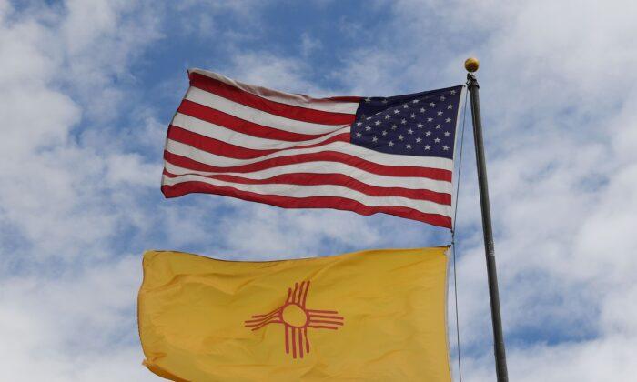 Las banderas de EE.UU. y Nuevo México ondean antes de las elecciones intermedias en Albuquerque, Nuevo México, el 1 de octubre de 2018. (Foto de Mark Ralston/AFP a través de Getty Images)