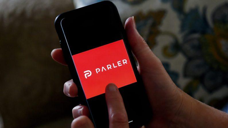El logo de la app de redes sociales de Parler se muestra en un smartphone en Arlington, Virginia, el 2 de julio de 2020. (Olivier Douliery/AFP vía Getty Images)