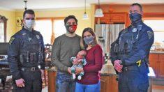 Heroicos policías se reúnen con padres agradecidos y su bebé recién nacido tras un parto de emergencia