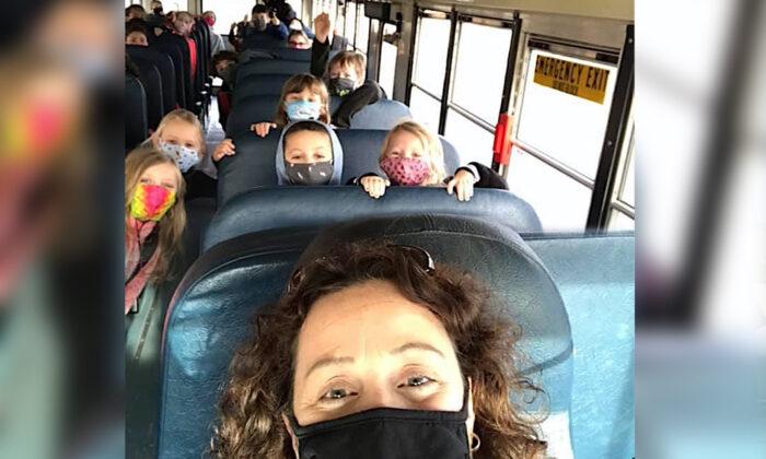 Directora de escuela conduce autobús para llevar a los alumnos a casa por falta de personal por COVID-19