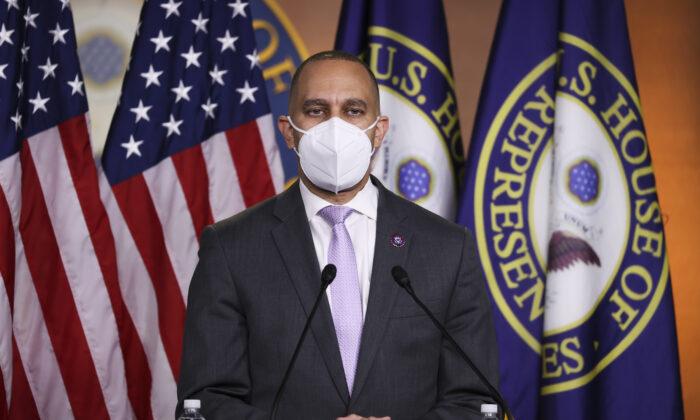 El presidente del Caucus Demócrata, el representante Hakeem Jeffries (D-NY), habla en una conferencia de prensa en Washington el 4 de enero de 2021. (Tasos Katopodis/Getty Images)