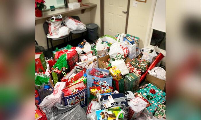 Los regalos de Navidad que la comunidad local llevó para el pequeño Tony. (Cortesía del Departamento de Policía de Hinckley- Ohio)