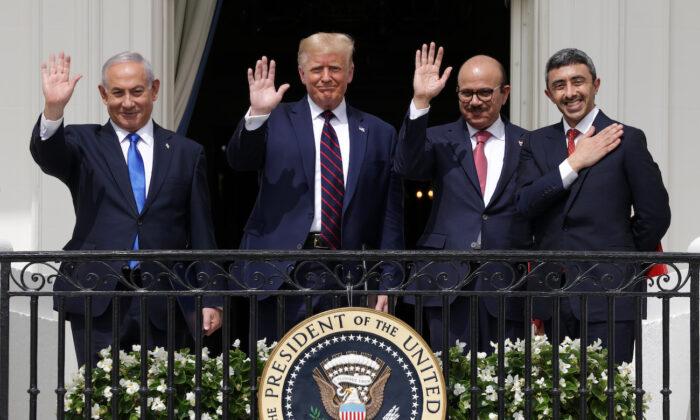 (De izquierda a derecha) El primer ministro de Israel, Benjamin Netanyahu, el presidente de Estados Unidos, Donald Trump, el ministro de Relaciones Exteriores de Bahrein, Abdullatif bin Rashid Al Zayani, y el ministro de Relaciones Exteriores de los Emiratos Árabes Unidos, Abdullah bin Zayed bin Sultan Al Nahyan, saludan desde el Balcón Truman de la Casa Blanca tras la ceremonia de firma de los Acuerdos de Abraham, en el jardín sur de la Casa Blanca, en Washington, el 15 de septiembre de 2020. (Alex Wong/Getty Images)