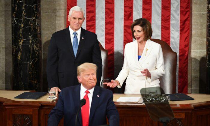El vicepresidente Mike Pence (izq.) observa cómo la presidenta de la Cámara de Representantes, Nancy Pelosi (D-Calif.), reacciona tras extender la mano para estrecharla con el presidente Donald Trump cuando llegó para pronunciar el discurso sobre el estado de la Unión en el pleno de la Cámara de Representantes del Capitolio de EE. UU., en Washington, el 4 de febrero de 2020. (Mandel Ngan/AFP a través de Getty Images)