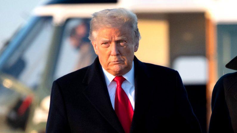 El presidente Donald Trump camina para abordar el Air Force One antes de partir de la Base Conjunta Andrews en Maryland, el 23 de diciembre de 2020. (Saul Loeb/AFP a través de Getty Images)