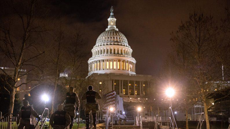 Tropas de la Guardia Nacional caminan por los terrenos del Capitolio de EE.UU. en Washington, el 6 de enero de 2021. (John Moore/Getty Images)