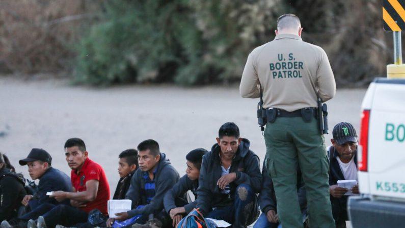 Un grupo de extranjeros ilegales es detenido por la Patrulla Fronteriza después de cruzar desde México a Yuma, Arizona, el 12 de abril de 2019. (Charlotte Cuthbertson/The Epoch Times)