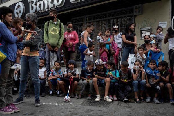 Fotografía fechada el 6 de enero de 2021, que muestra a un grupo de personas mientras esperan donativos, en Caracas (Venezuela). EFE/ Rayner Peña R