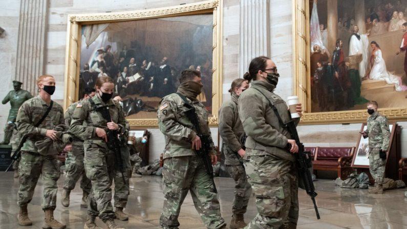 Miembros de la Guardia Nacional caminan por la rotonda del Capitolio de EE.UU. en Washington el 13 de enero de 2021. (Saul Loeb/AFP vía Getty Images)