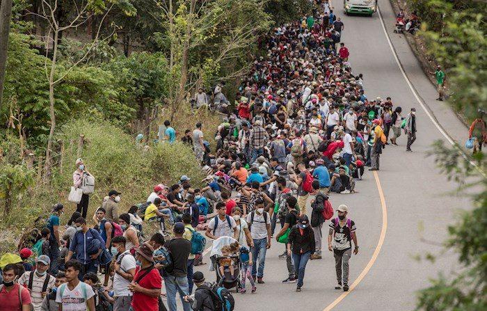 Un nuevo grupo de aproximadamente tres mil migrantes hondureños llega a Guatemala el 16 de enero de 2021, luego de cruzar el punto fronterizo de El Florido, en Camotán (Guatemala). EFE/ Esteban Biba