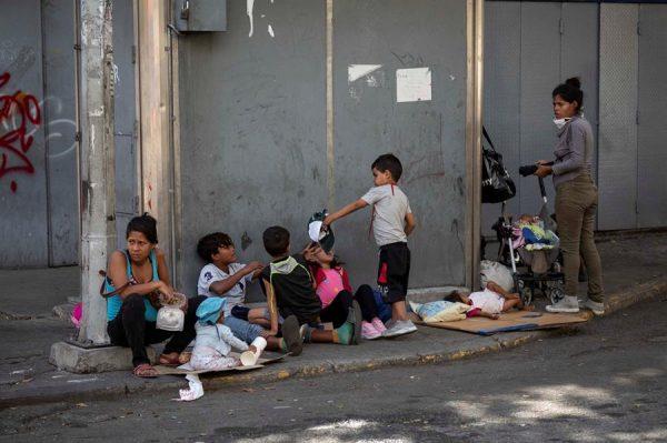 Fotografía fechada el 6 de enero de 2021, que muestra a un grupo de personas mientras piden en la calle, en Caracas (Venezuela). EFE/ Rayner Peña R