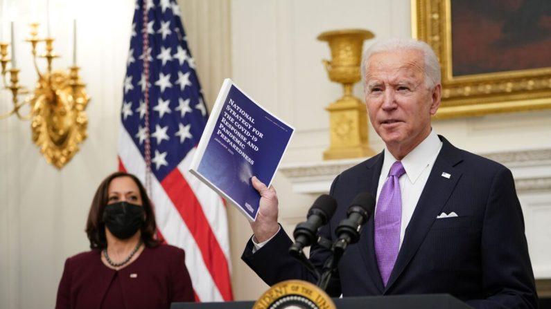 El presidente Joe Biden habla sobre la respuesta COVID-19 mientras la vicepresidenta Kamala Harris mira, antes de firmar órdenes ejecutivas en el Comedor de Estado de la Casa Blanca en Washington el 21 de enero de 2021. (Mandel Ngan/AFP vía Getty Images)