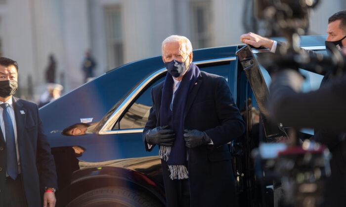 El presidente de Estados Unidos, Joe Biden, se prepara para caminar por la ruta abreviada del desfile frente a la Casa Blanca, después de la inauguración, en Washington, el 20 de enero de 2021. (Mark Makela/Getty Images)
