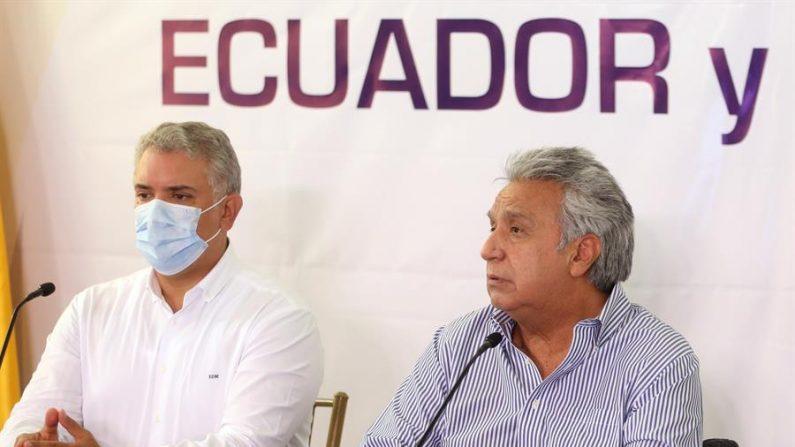 El presidente de Colombia, Iván Duque (i), y a su homólogo ecuatoriano, Lenin Moreno (d), mientras participan de un encuentro binacional el 10 de enero de 2021, en Mataje (Ecuador). EFE/ Cortesía Presidencia de Ecuador/