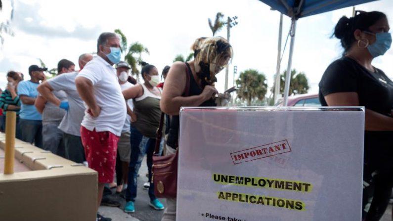 La cifra semanal de solicitudes de subsidio por desempleo en Estados Unidos bajó a 900,000 la semana pasada, comparada con los 926,000 trámites de la primera semana de enero, informó el 21 de enero de 2021 la Oficina de Estadísticas Laborales. EFE/Cristobal Herrera/Archivo