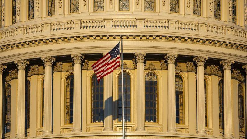 El sol naciente ilumina el edificio del Capitolio de los Estados Unidos en Washington el 19 de septiembre de 2019. (Samuel Corum/Getty Images)