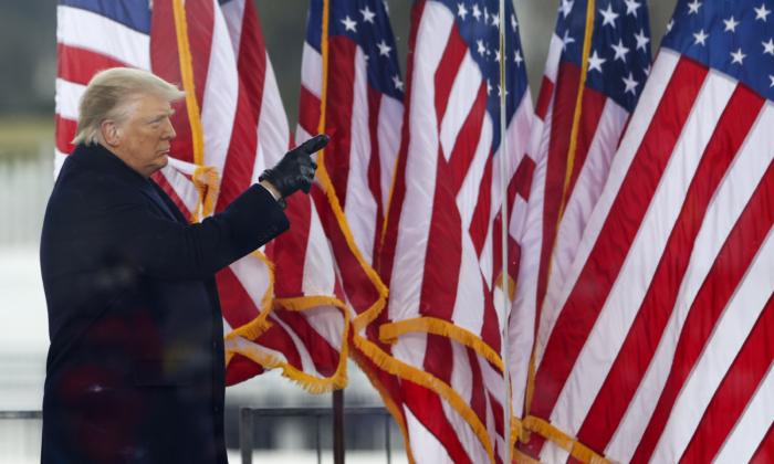 """El presidente Donald Trump saluda a la multitud en el mitin """"Detengan el Robo"""", en Washington, el 6 de enero de 2021. (Tasos Katopodis/Getty Images)"""
