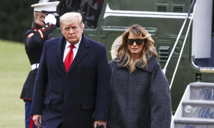 El presidente Donald Trump y la primera dama Melania Trump llegan al Jardín Sur de la Casa Blanca el 31 de diciembre de 2020. (Tasos Katopodis/Getty Images)