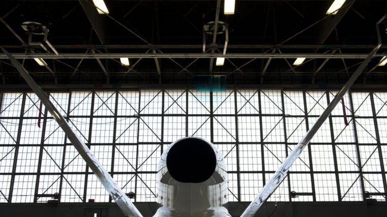 Un vehículo aéreo no tripulado de la NASA Global Hawk, o avión drone, se almacena dentro de un hangar de avión durante una misión Hurricane and Severe Storm Sentinel, o HS3, en la instalación de vuelo Wallops de la NASA en Wallops Island, Virginia, el 10 de septiembre de 2013. ( Saul Loeb/AFP a través de Getty Images)