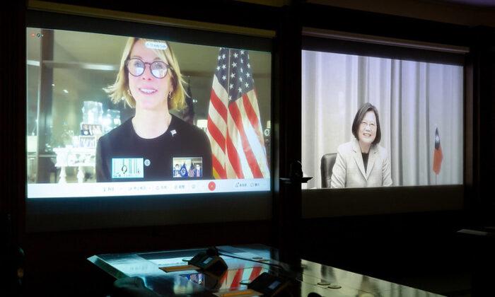 La embajadora de Estados Unidos ante las Naciones Unidas, Kelly Craft (izq.), habla con la presidenta de Taiwán, Tsai Ing-wen, durante una videoconferencia, el 14 de enero de 2020. (Oficina Presidencial de Taiwán)