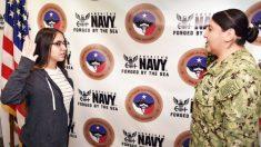 Recluta de 17 años de la Marina presta juramento ante su propia madre y sigue sus pasos