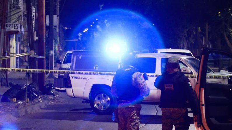 Agentes federales prestan guardia en la zona donde cinco personas fueron asesinadas en la madrugada del 5 de enero de 2020, en León, estado de Guanajuato (México). EFE/ STR